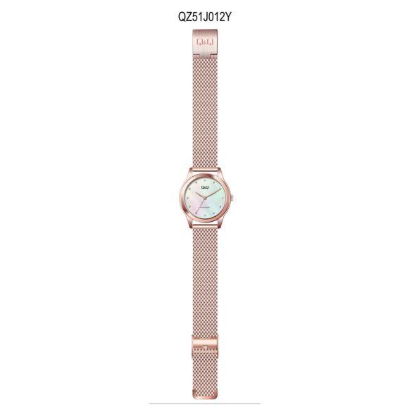 Q&Q analóg női karóra, rózsaarany színű fém tok, rózsaarany színű nemesacél csat, fehér számlap, ásványüveg, quartz szerkezet, cseppmentes vízállóság - QZ51J012Y